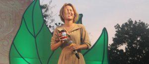 学生がステージで無理やり持たせたAUNG COFFEEのカップ。